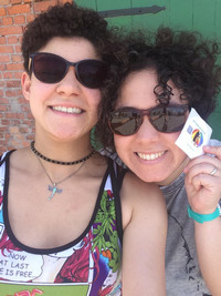 Zwei Frauen mit Sonnenbrillen strahlen in die Kamera.